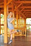 Glückliche lächelnde schöne junge Frau, die zwei Finger oder victo zeigt Stockbilder