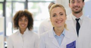 Glückliche lächelnde Team Of Doctors In Modern-Laborerfolgreiche Forscher-Gruppen-Mischungs-Rennwissenschaftler stock video