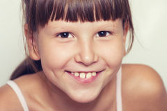 Glückliche lächelnde tragende Knalle des Mädchens Lizenzfreie Stockfotografie