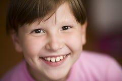 Glückliche lächelnde tragende Knalle des Mädchens Stockbilder