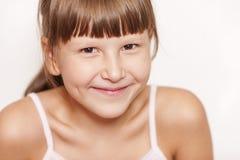 Glückliche lächelnde tragende Knalle des Mädchens Lizenzfreies Stockfoto