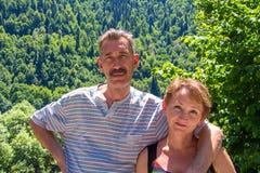 Glückliche lächelnde umarmende alte Paare Lizenzfreies Stockbild