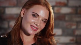Glückliche lächelnde und aufwerfende Frau stock footage