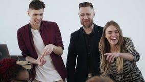 Glückliche lächelnde verschiedene Startteilhaber arbeiten zusammen mit junger blonder ChefGeschäftsfrau bei der Bürositzung stock video