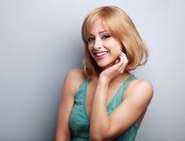 Glückliche lächelnde zufällige blonde Frau mit dem kurzen Haar Lizenzfreie Stockfotografie