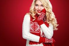 Glückliche lachende blonde Frau kleidete in der Weihnachtsabnutzung denken an Sankt an, lokalisiert auf rotem Hintergrund Stockbilder