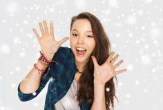 Glückliche lachende hübsche Jugendliche, die Hände zeigt Lizenzfreies Stockbild