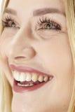 Glückliche lachende junge blonde Frau Stockfoto