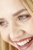 Glückliche lachende junge blonde Frau Stockfotografie