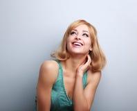 Glückliche lachende junge blonde Frau mit dem kurzen Haar, das oben schaut Lizenzfreie Stockbilder