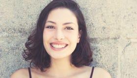 Glückliche lachende kaukasische Frau im Retro- Blick der Weinlese Lizenzfreies Stockbild
