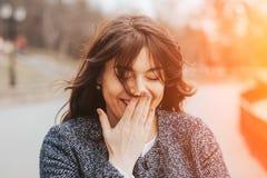 Glückliche lachende schöne große Frau Lizenzfreie Stockfotografie