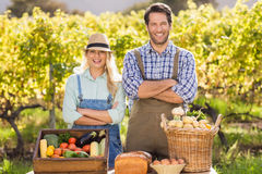 Glückliche Landwirtpaare mit den Armen gekreuzt stockfotos