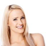 Glückliche langhaarige blonde Frau auf Weiß Lizenzfreie Stockfotos