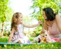 Glückliche Lebensdauer - Mutter mit Kindern Lizenzfreies Stockbild