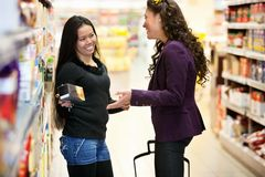 Glückliche Lebensmittelhändler-Speicher-Frauen Stockbild