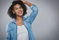Glückliche lebhafte junge Afroamerikanerfrau stockbilder