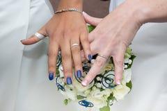 Glückliche lesbische Paarhände, die auf Ehering sich setzen Lizenzfreie Stockfotos