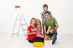 Glückliche Leute, die sich vorbereiten, ihr Haus zu malen Lizenzfreie Stockfotos