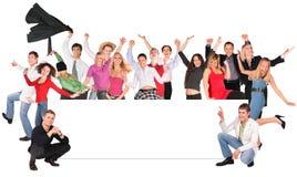 Glückliche Leute drängen sich mit Vorstand für Text Stockfotografie