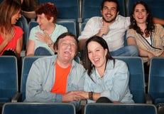 Glückliche Leute im Theater stockbilder