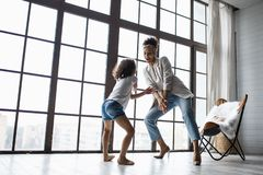 Glückliche liebevolle afroe-amerikanisch Familie Junge Mutter und ihre Tochter, die in der Kindertagesstätte spielt Mutter und To stockfotografie