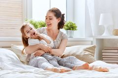 Glückliche liebevolle Familie lizenzfreie stockfotografie