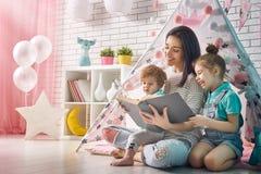 Glückliche liebevolle Familie stockbilder