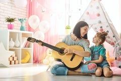 Glückliche liebevolle Familie lizenzfreie stockfotos