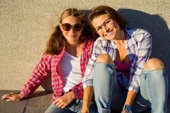 Glückliche liebevolle Familie Junger Mutter- und Tochterjugendlicher, umarmend Lizenzfreie Stockbilder