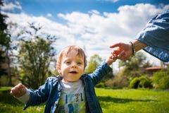 Glückliche liebevolle Familie Mutter und Kind, die im Park spielen lizenzfreie stockfotos