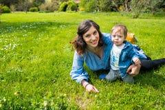 Glückliche liebevolle Familie Mutter und Kind, die im Park spielen stockfotos
