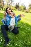 Glückliche liebevolle Familie Mutter und Kind, die im Park spielen stockbilder