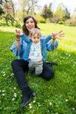 Glückliche liebevolle Familie Mutter und Kind, die im Park spielen lizenzfreies stockfoto