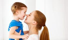 Glückliche liebevolle Familie Mutter und Kind, die lachen und umarmen lizenzfreie stockfotos