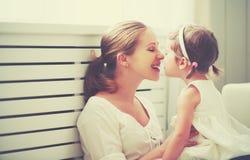 Glückliche liebevolle Familie Mutter und Kind, die spielen, küssen und hugg stockbild