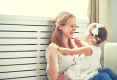 Glückliche liebevolle Familie Mutter und Kind, die spielen, küssen und hugg lizenzfreie stockfotos