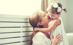 Glückliche liebevolle Familie Mutter und Kind, die spielen, küssen und hugg stockfotografie