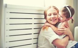 Glückliche liebevolle Familie Mutter und Kind, die spielen, küssen und hugg lizenzfreie stockbilder