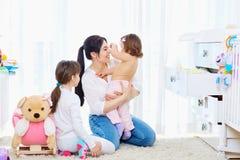 Glückliche liebevolle Familie Mutter- und Kindermädchenspielen, lächelnd lizenzfreie stockbilder