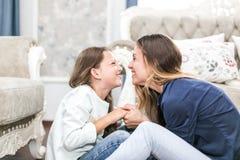 Glückliche liebevolle Familie Mutter und Tochter tun Haar, Maniküren, tun Ihr Make-up und haben Spaß stockbilder