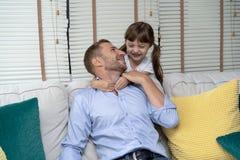 Glückliche liebevolle Familie und Vater ` s Tag Nettes wenig Tochter huggin stockfotografie