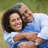 Glückliche liebevolle hispanische Paare Stockfotografie