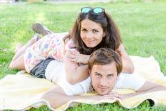 Glückliche liebevolle junge Paare draußen Stockfoto