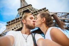 Glückliche liebevolle Paare lizenzfreie stockfotografie