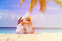 Glückliche liebevolle Paare auf tropischem Strand Stockfoto