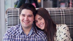 Glückliche liebevolle Paare im lachenden Café, trinkender Tee positives Porträt stock video footage