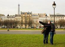 Glückliche liebevolle Paare in Paris lizenzfreie stockbilder