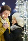 Glückliche Liebhaber in der romantischen Sitzung Stockfotografie