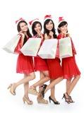 Glückliche lustige Leute mit Weihnachts-Sankt-Hut, der Geschenkboxen a hält lizenzfreie stockfotos